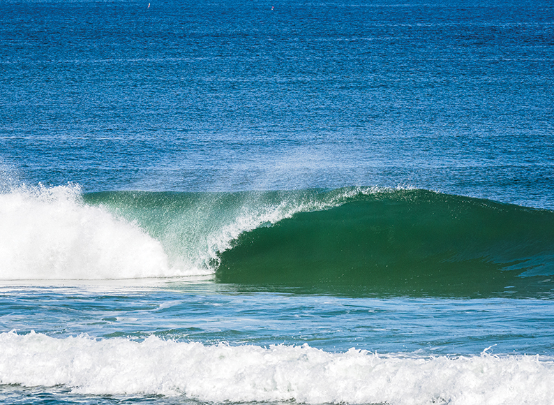 Solo-wave-at-baleal-surf-camp-peniche-portugal