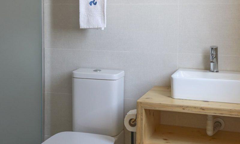 Surfers Nest apartment -Bathroom - Baleal Surf Camp-min